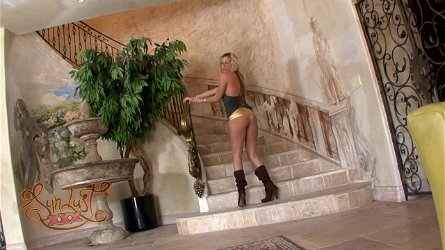 Smoking hot blond siren Kiara Diane is her to make some show