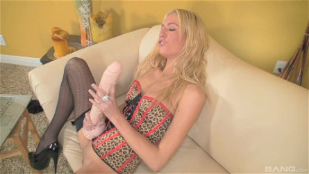 Solo blonde Victoria White knows how to play with a long toy
