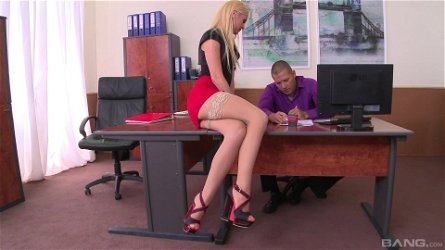Kinky boss loves licking feet and fucking pussy of Vanda Lust
