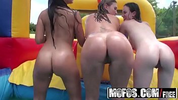 (Jynx Maze, Onia Nevaeh) hot teens gets oiled to shake their booties - Mofos